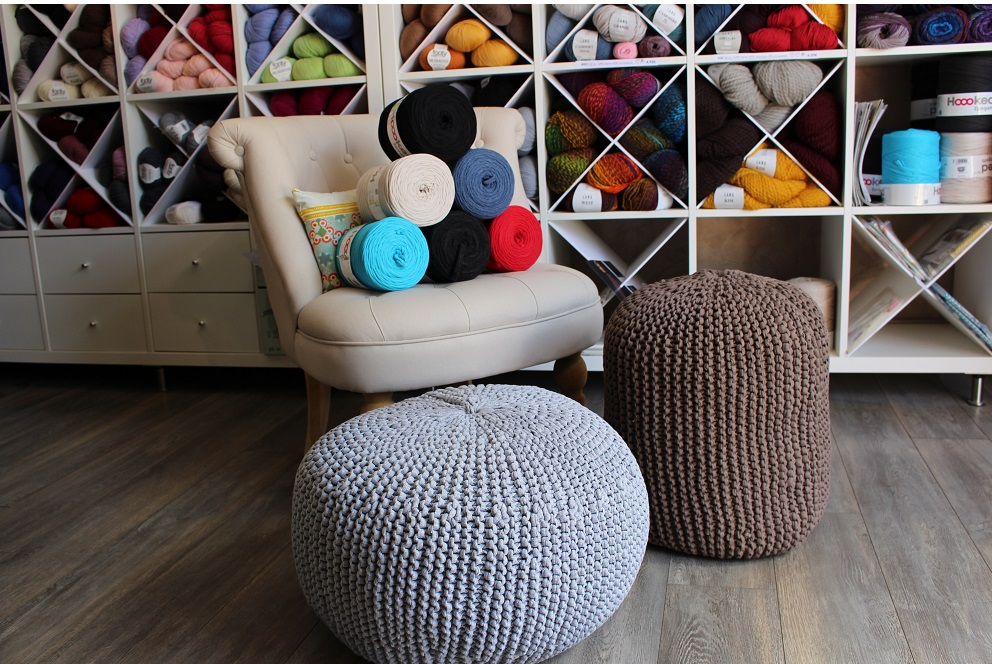 kit pr t tricoter pouf en hoooked zpagetti de dmc gazouillis cie. Black Bedroom Furniture Sets. Home Design Ideas