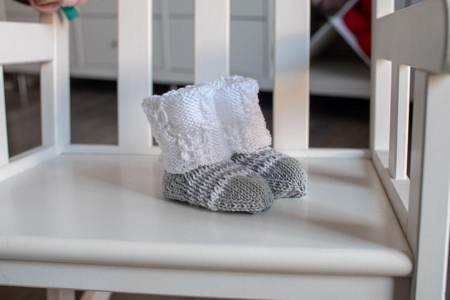 Surprise chaussettes tricotées main pour la maternité